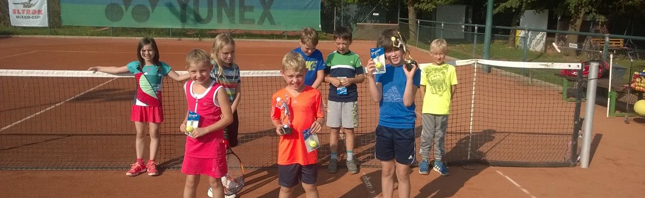 Kinder lernen Tennis